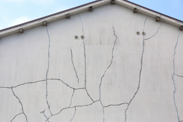外壁にクラックは危険?外壁のひび割れを見つけたら補修すべき理由と対処法
