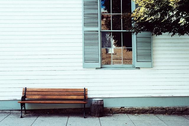 なぜ外壁の色褪せは起こるの?原因と対策とは