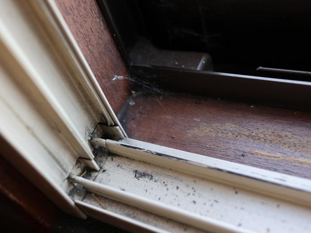 窓枠掃除は「歯ブラシ」と「つまようじ」を活用しよう