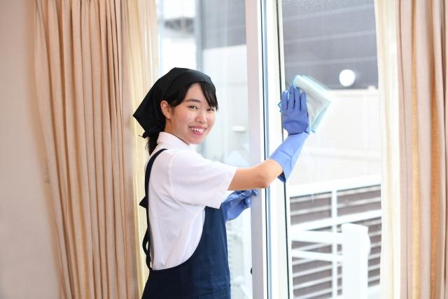 1.水に濡らした水拭き用雑巾で窓を拭く